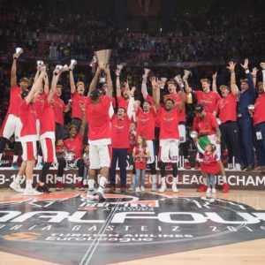 Баскетболисты ЦСКА с кубком Евролиги